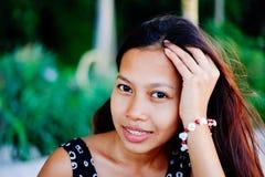 Porträt einer jungen Frau mit dem Lächeln der positiven Haltung Stockfoto