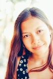 Porträt einer jungen Frau mit dem Lächeln der positiven Haltung Lizenzfreie Stockfotografie
