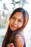 Porträt einer jungen Frau mit dem Lächeln der positiven Haltung Stockfotos
