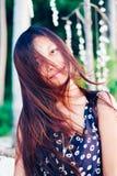 Porträt einer jungen Frau mit dem Lächeln der positiven Haltung Lizenzfreie Stockfotos