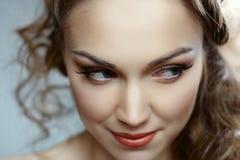 Porträt einer jungen Frau mit dem schönen Haar Lizenzfreie Stockfotografie