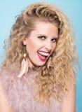 Porträt einer jungen Frau mit einem auffälligen Lächeln Langes gewelltes Haar, Make-up Lizenzfreies Stockfoto