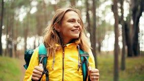 Porträt einer jungen Frau mit einem Rucksacklächeln stock video