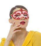 Porträt einer jungen Frau mit einer Maske Lizenzfreies Stockbild