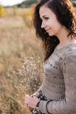 Porträt einer jungen Frau mit Herbstblumenstrauß Lizenzfreie Stockfotografie