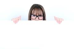 Porträt einer jungen Frau mit mit leerem weißem Brett Stockbild