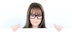 Porträt einer jungen Frau mit mit leerem weißem Brett Lizenzfreie Stockbilder