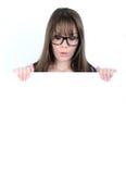 Porträt einer jungen Frau mit mit leerem weißem Brett Lizenzfreies Stockfoto