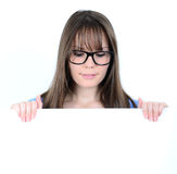Porträt einer jungen Frau mit mit leerem weißem Brett Lizenzfreie Stockfotos
