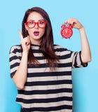 Porträt einer jungen Frau mit Uhr Stockbilder