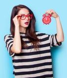 Porträt einer jungen Frau mit Uhr Lizenzfreies Stockfoto