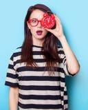 Porträt einer jungen Frau mit Uhr Lizenzfreie Stockfotografie