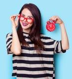 Porträt einer jungen Frau mit Uhr Lizenzfreies Stockbild