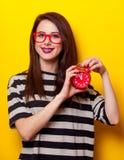 Porträt einer jungen Frau mit Uhr Lizenzfreie Stockbilder