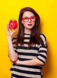 Porträt einer jungen Frau mit Uhr Stockfotos