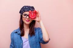 Porträt einer jungen Frau mit Wecker Lizenzfreies Stockbild