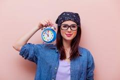 Porträt einer jungen Frau mit Wecker Lizenzfreies Stockfoto