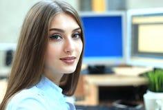 Porträt einer jungen Geschäftsfrau, die Computer im Büro verwendet stockfotos