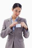 Porträt einer jungen Geschäftsfrau, die ihr Abzeichen befestigt Lizenzfreie Stockfotos