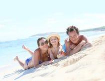 Porträt einer jungen glücklichen Familie, die Spaß auf der Küste hat stockbild