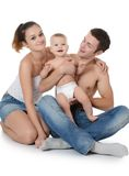 Porträt einer jungen glücklichen Familie mit dem Kind lizenzfreie stockbilder