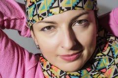 Porträt einer jungen kaukasischen positiven Frau Stockbild