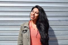 Porträt einer jungen lateinischen Frau draußen stockfotografie