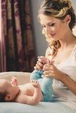 Porträt einer jungen Mutter und des neugeborenen Sohns zu Hause Lizenzfreie Stockbilder