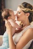 Porträt einer jungen Mutter und des neugeborenen Sohns zu Hause Stockfotos