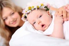 Porträt einer jungen Mutter und des Schätzchens Lizenzfreie Stockfotos
