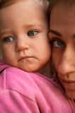 Porträt einer jungen Mutter und ihrer einjährigen Tochter Lizenzfreie Stockfotos