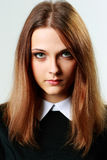 Porträt einer jungen nachdenklichen Frau stockbild