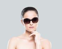Porträt einer jungen Nackte im Make-up und in der Sonnenbrille lizenzfreie stockbilder