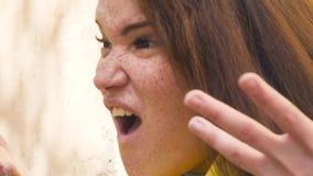 Porträt einer jungen rothaarigen Frau mit Sommersprossen, Erstaunen ausdrückend, Enttäuschung, Entrüstung protest abschluß stock footage