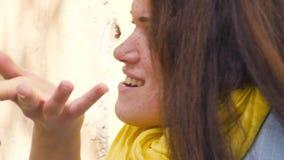 Porträt einer jungen rothaarigen Frau mit Sommersprossen, Erstaunen ausdrückend, Enttäuschung, Entrüstung protest abschluß stock video footage