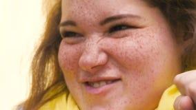 Porträt einer jungen rothaarigen Frau mit Sommersprossen, Erstaunen ausdrückend, Enttäuschung, Entrüstung protest abschluß stock video