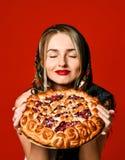 Porträt einer jungen schönen Blondine im Kopftuch, das eine köstliche selbst gemachte Beerentorte hält stockbilder