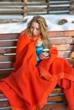 Porträt einer jungen schönen jungen Frau, die ihr heißes coffe trinkt stockbild