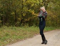 Porträt einer jungen schönen lächelnden Frau blond Lizenzfreie Stockbilder