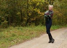 Porträt einer jungen schönen lächelnden Frau blond Lizenzfreie Stockfotos