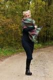 Porträt einer jungen schönen lächelnden Frau blond Lizenzfreie Stockfotografie