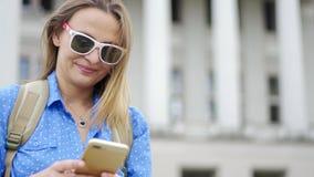 Porträt einer jungen Schönheit in der Sonnenbrille stock footage
