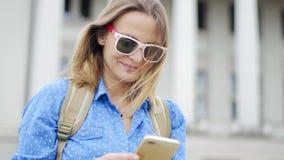 Porträt einer jungen Schönheit in der Sonnenbrille stock video