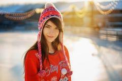 Porträt einer jungen Schönheit im Winter in einem Hut in der Sonne stockfotografie