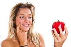 Porträt einer jungen Schönheit mit Apfel Lizenzfreie Stockbilder