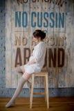 Porträt einer jungen schwangeren Frau im weißen Hemd in Foto Studio Stockbild