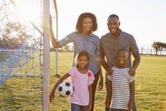 Porträt einer jungen schwarzen Familie während eines Fußballspiels lizenzfreies stockbild