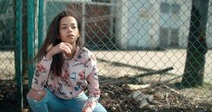 Porträt einer jungen schwarzen Frau im städtischen Hintergrund Stockfoto