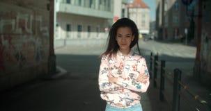 Porträt einer jungen schwarzen Frau im städtischen Hintergrund Lizenzfreie Stockfotos
