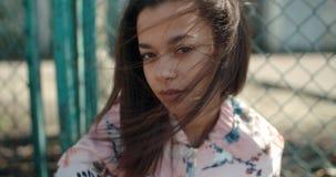 Porträt einer jungen schwarzen Frau im städtischen Hintergrund Lizenzfreies Stockbild